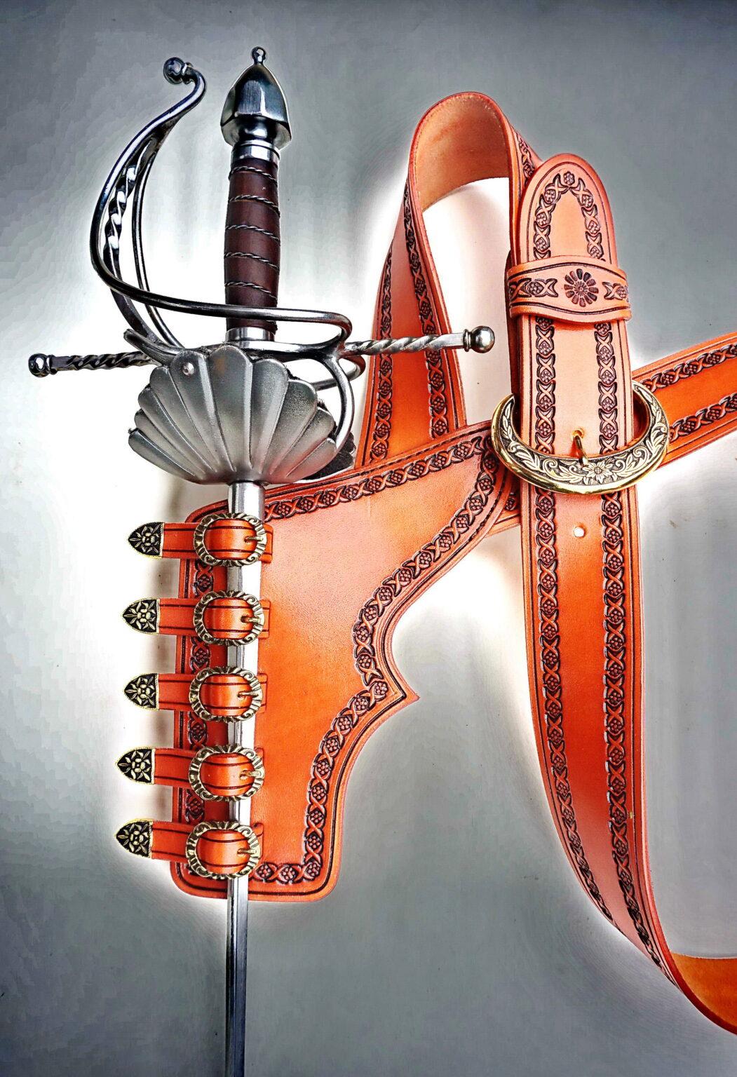 Zdobený bandalír se závěsníkem na kord
